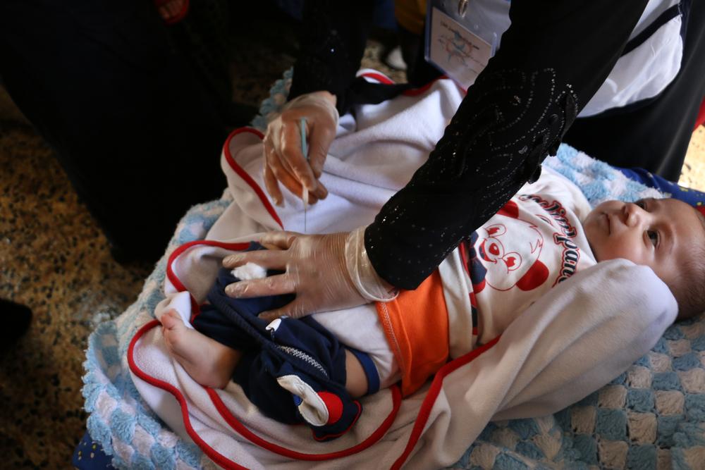 시리아 알레포 서부에서 한 어린 아동이 폐렴구균 항원을 접종받고 있다. ⓒRoaa Hasan